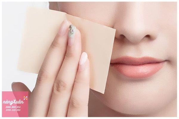 Dùng giấy thấm dầu để phân biệt loại da