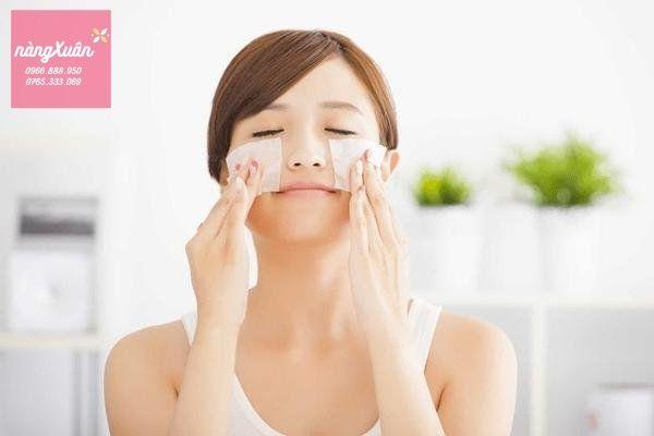 Dùng giấy thấm dầu để phân biệt loại da. Sản phẩm chăm sóc da