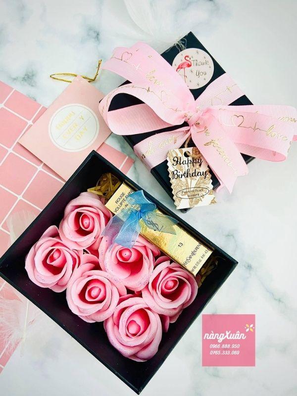 Bên trong hộp quà sẽ là 6 bông hoa hồng xinh đẹp.