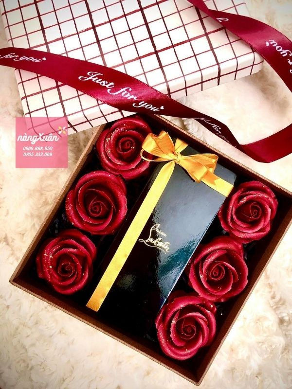 Hộp quà tặng sinh nhật. Sản phẩm nghệ thuật hiện ra với những đóa hoa được thiết kế kéo léo và sáng tạo.