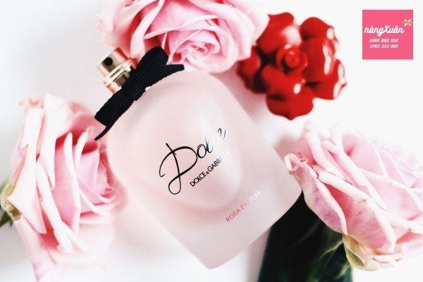 Thiết kế chai màu hồng nhám nắp hoa đỏ xinh xắn